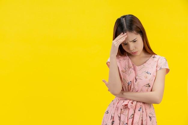 Ragazza teenager depressa che mostra tristezza e stress