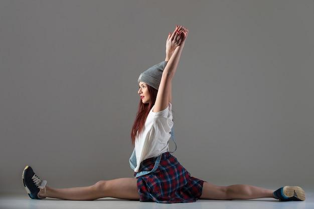 Ragazza teenager di breakdance che si siede in parti