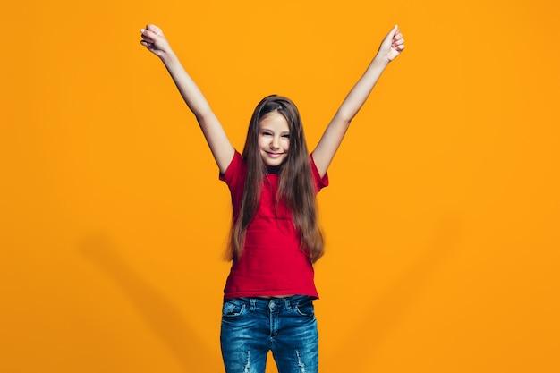 Ragazza teenager di successo felice che celebra essere un vincitore
