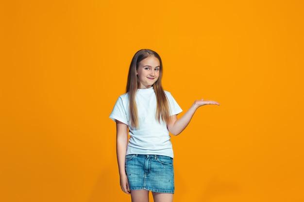Ragazza teenager di successo felice che presenta qualcosa