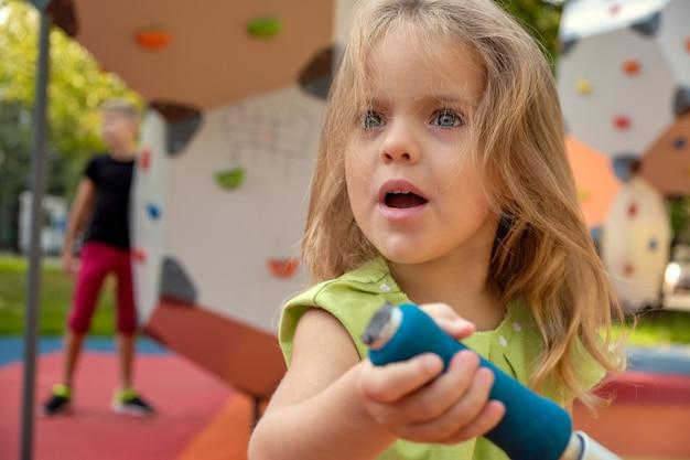 Ragazza turbata della ragazza che grida nel parco. genitorialità, psicologia infantile.