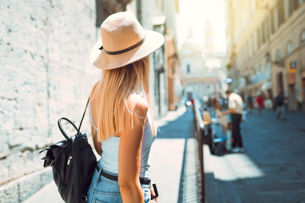 Ragazza turistica che esplora una nuova città di estate