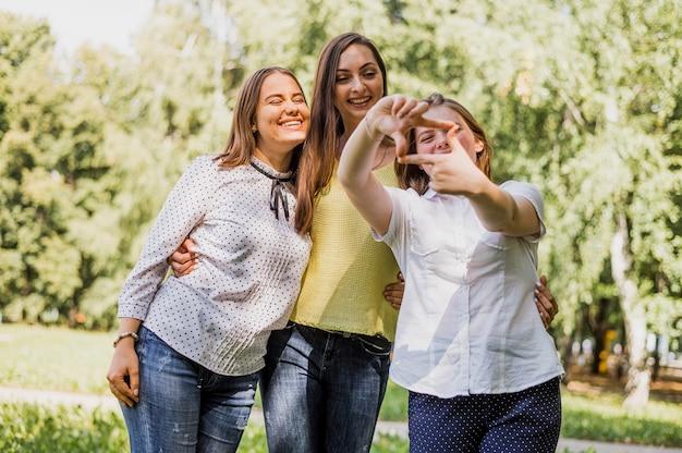 Ragazze adolescenti che si abbracciano