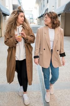 Ragazze alla moda che camminano insieme