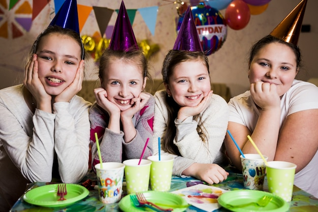 Ragazze allegre alla festa di compleanno