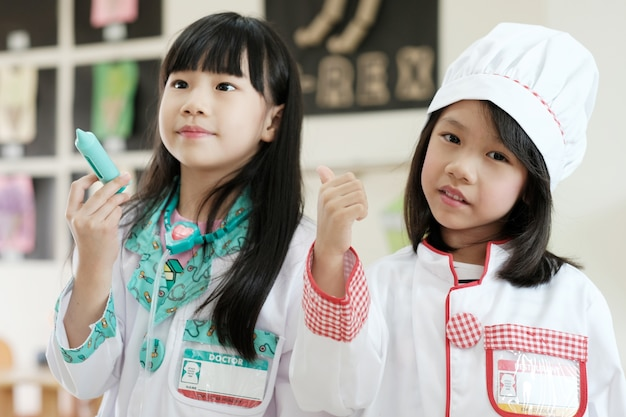 Ragazze asiatiche che giocano a scuola.