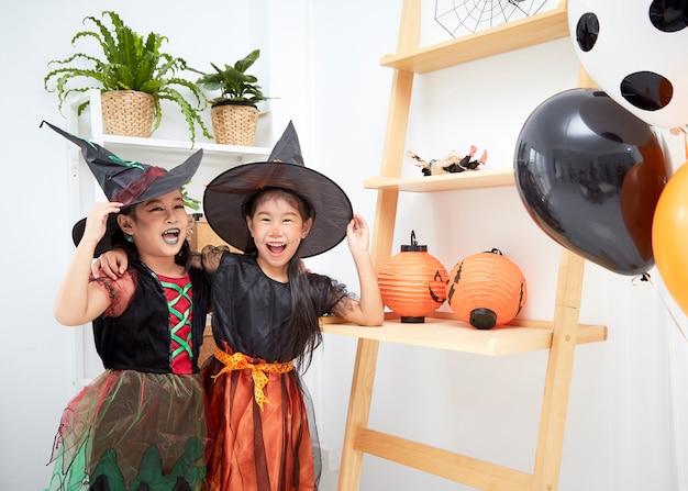 Ragazze asiatiche in costume di halloween a casa