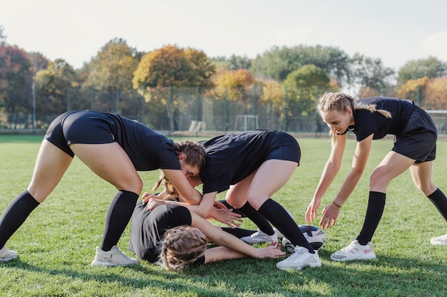 Ragazze atletiche che giocano a rugby