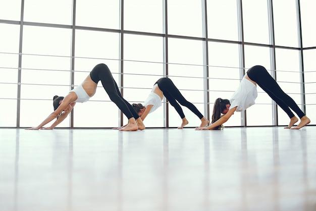 Ragazze belle ed eleganti che fanno yoga