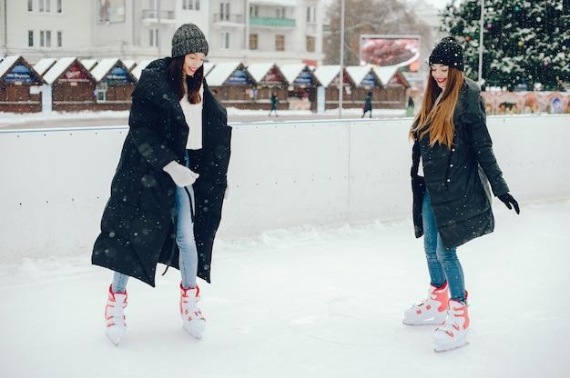 Ragazze carine e belle in un maglione bianco in una città d'inverno