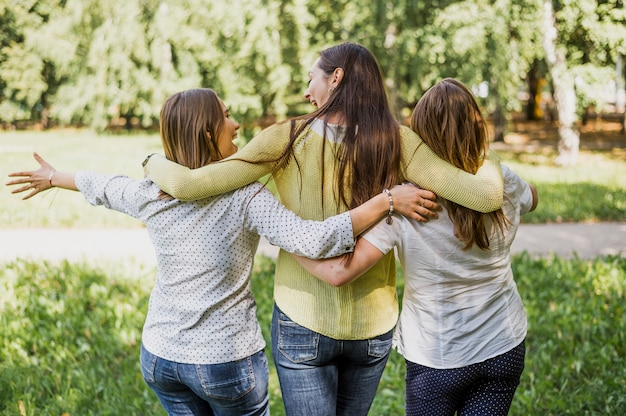 Ragazze che camminano mentre si abbracciano
