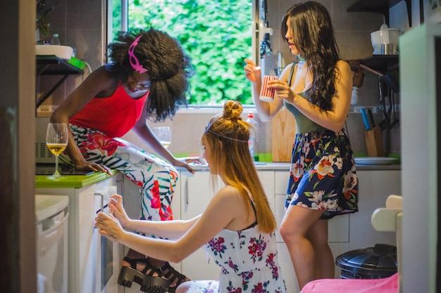 Ragazze che cucinano alla festa