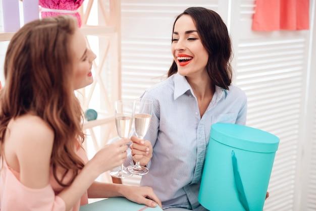 Ragazze che fanno compere. due ragazze si divertono nello showroom.