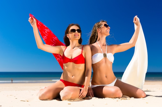 Ragazze che godono della libertà sulla spiaggia