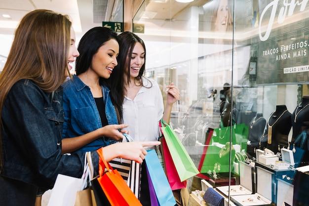 Ragazze che guardano l'esposizione del negozio