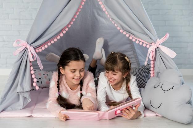 Ragazze che leggono insieme