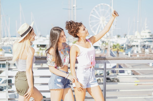 Ragazze che prendono selfie