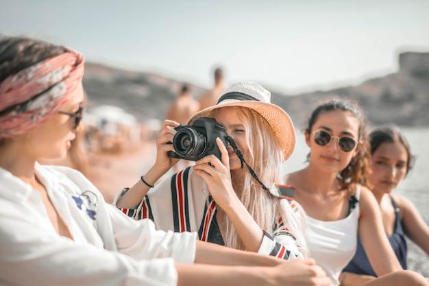 Ragazze che prendono una foto sulla spiaggia