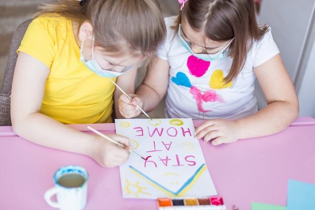 Ragazze che riuniscono a casa durante la quarantena. giochi per l'infanzia, arte del disegno, concetto di stare a casa