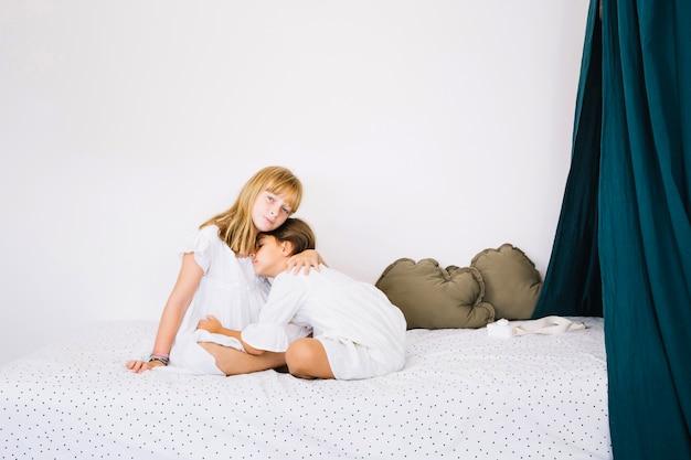 Ragazze che si abbracciano sul letto
