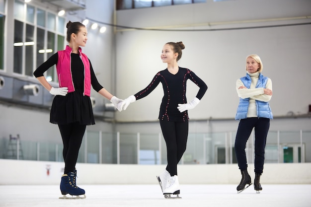 Ragazze che si allenano nel pattinaggio di figura