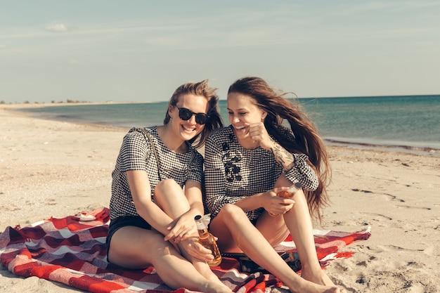 Ragazze che si divertono sulla spiaggia