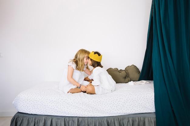 Ragazze che si stringono a letto sul letto