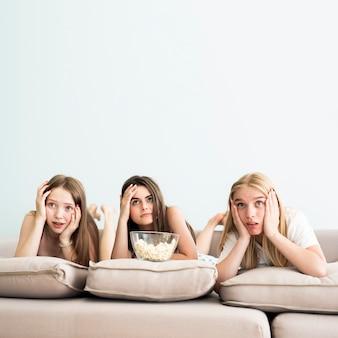 Ragazze che sono confuse guardando un film