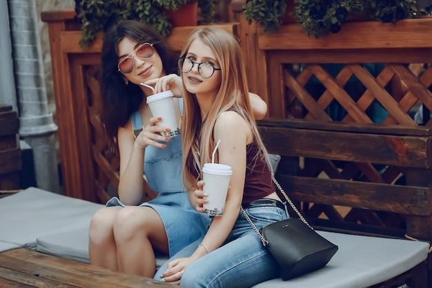 Ragazze con caffè