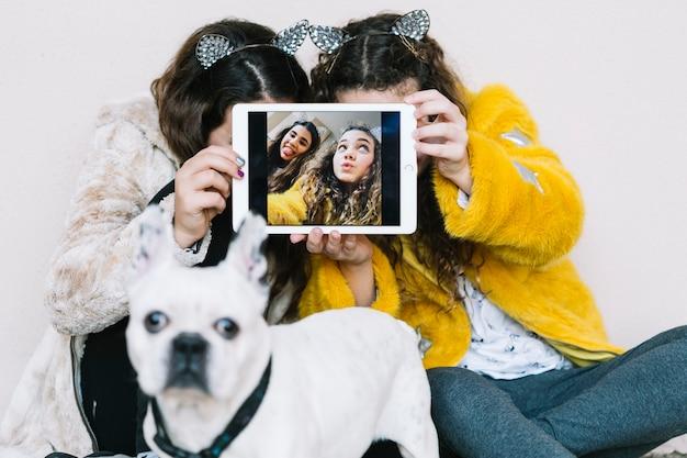 Ragazze con cane e tablet