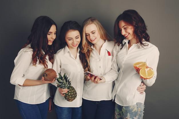 Ragazze con frutta