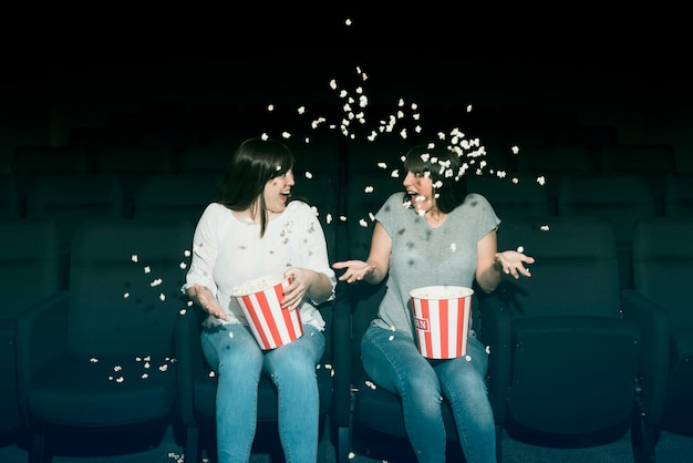 Ragazze con popcorn al cinema