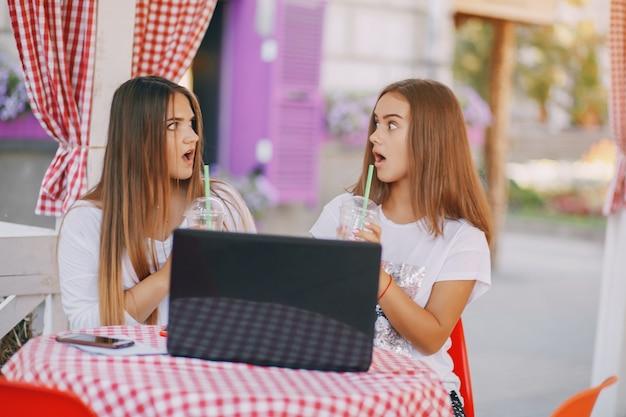 Ragazze con un computer portatile