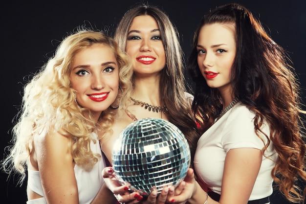 Ragazze da festa con palla da discoteca