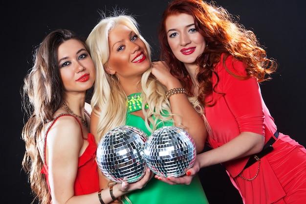 Ragazze da festa con palle da discoteca