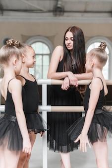 Ragazze della ballerina con il loro istruttore nello studio di ballo