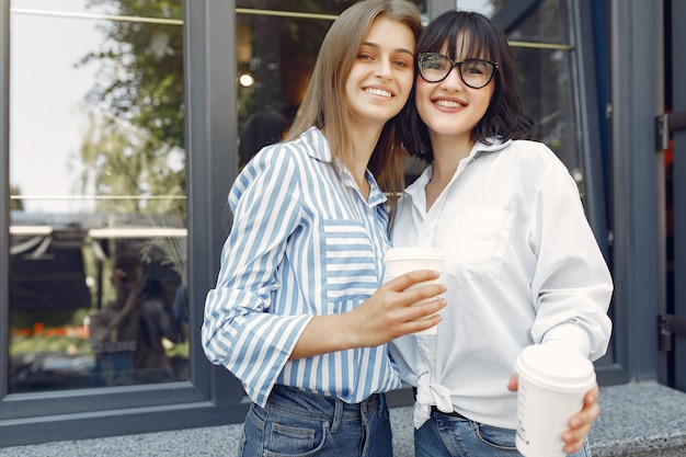 Ragazze di moda in piedi in strada