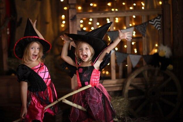 Ragazze divertenti per bambini in costume da strega per halloween