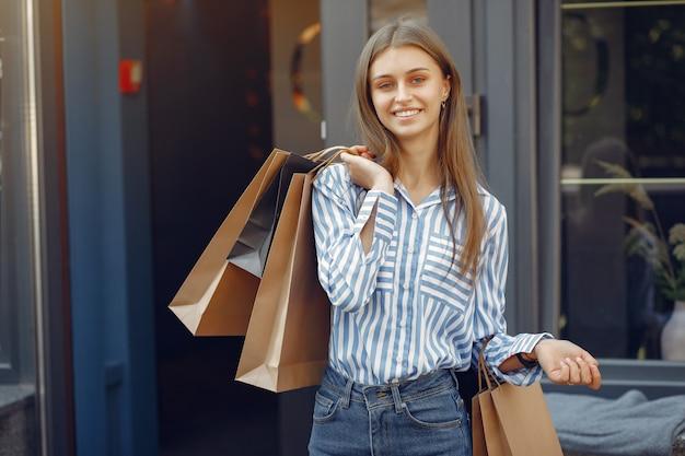 Ragazze eleganti e alla moda in strada con borse della spesa