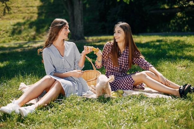 Ragazze eleganti e alla moda in un parco di primavera