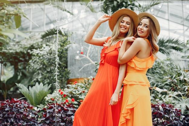 Ragazze eleganti e alla moda in una serra