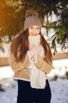 Ragazze felici in una città d'inverno