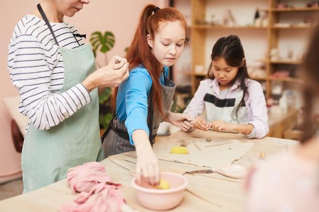 Ragazze in classe di ceramica