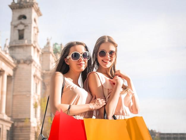 Ragazze in giro per lo shopping in estate
