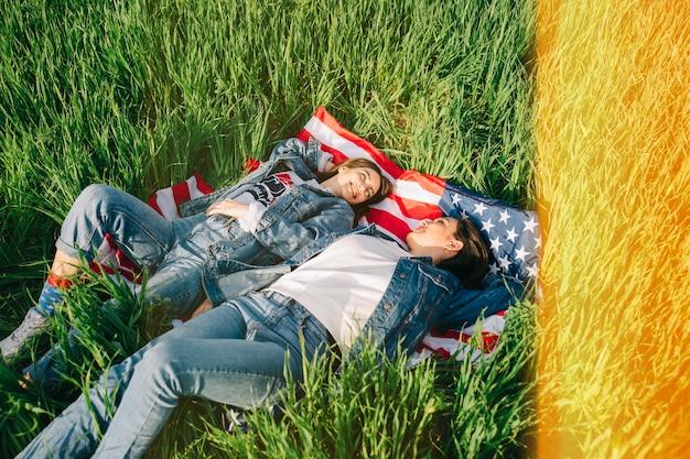 Ragazze in jeans in campo