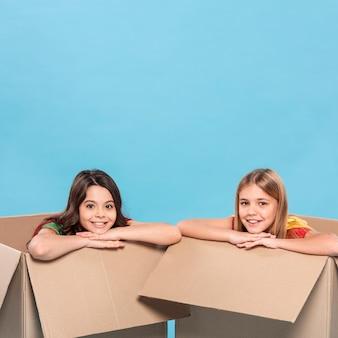 Ragazze in scatole di cartone animato