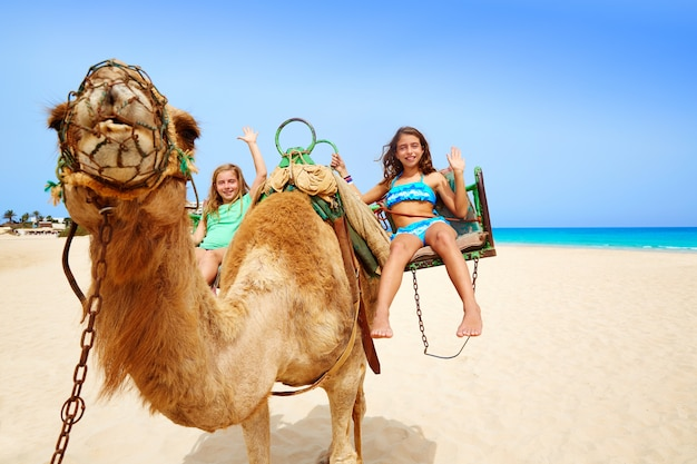 Ragazze in sella a camel nelle isole canarie