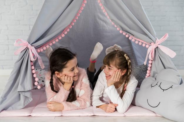 Ragazze in tenda