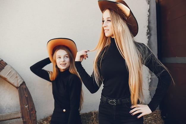 Ragazze in un cappello di cowboy in un ranch