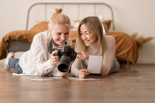 Ragazze sedute sul pavimento e guardando le foto
